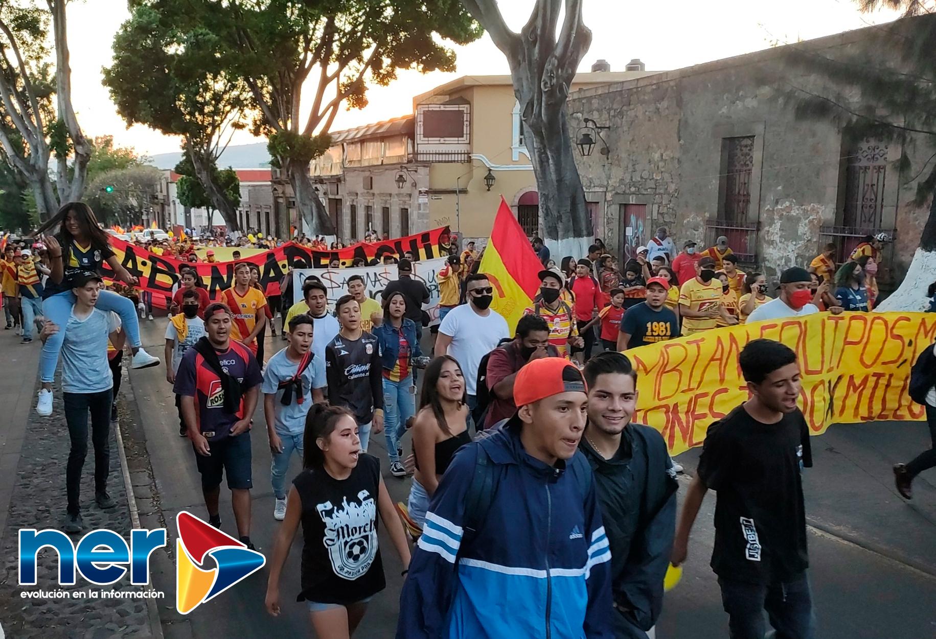 Aficionados de Monarcas marchan por el centro histórico