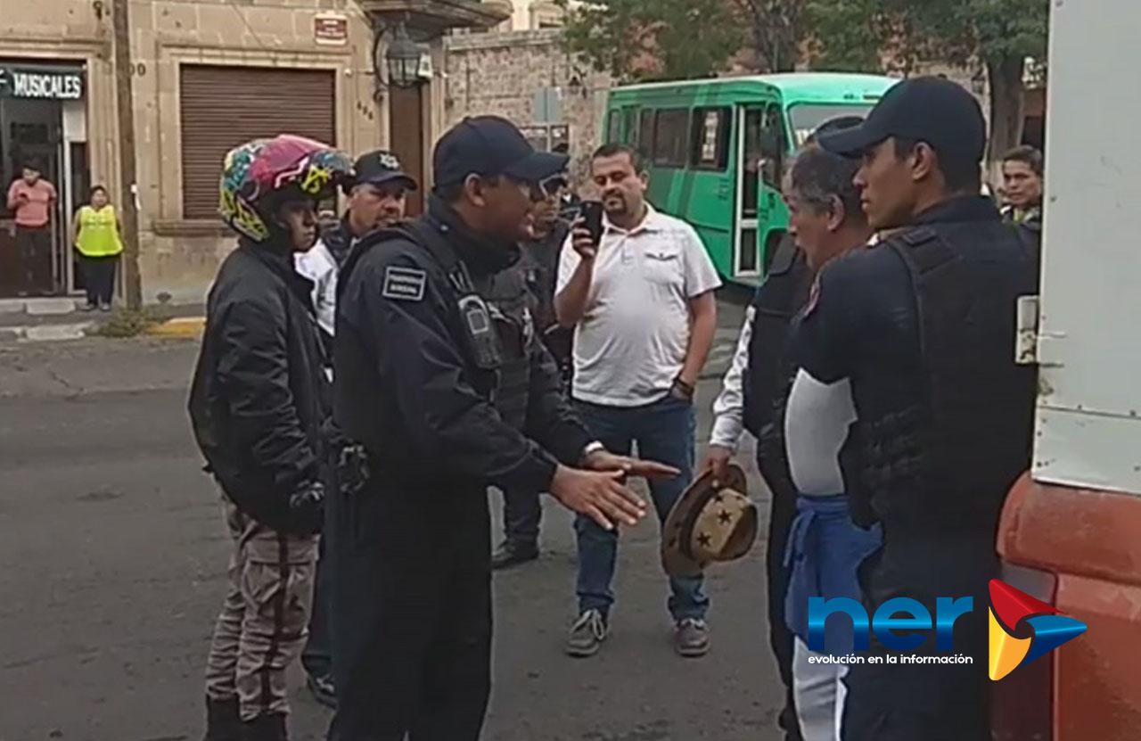 policias detienen a adultos mayores